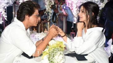 Shahrukh Khan even can romance a microphone says Anushka Sharma